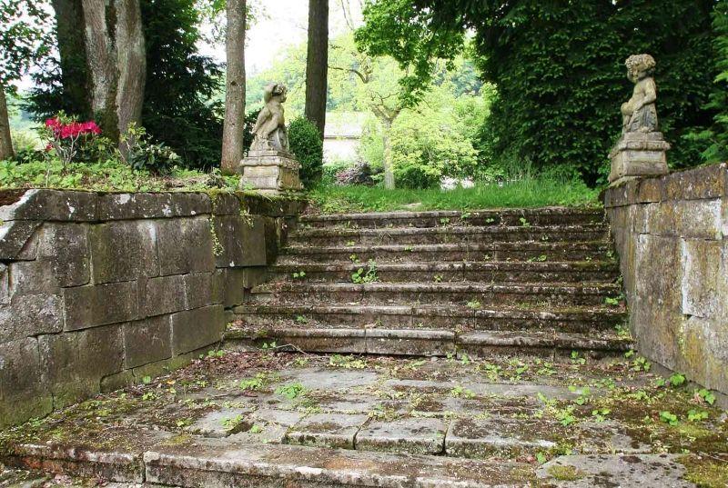 Le vieil escalier en pierres d'époques