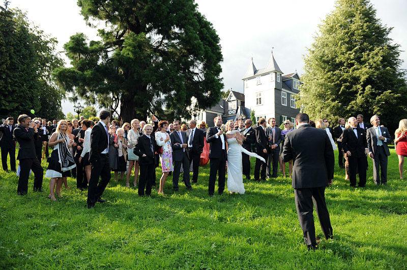 Beispiel: Hochzeitsgesellschaft im Park, Foto: Schloss Grünewald.