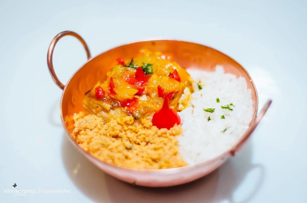 Moqueca brasileira com farofinha de dendê e com arroz de coco - Jantar Volante