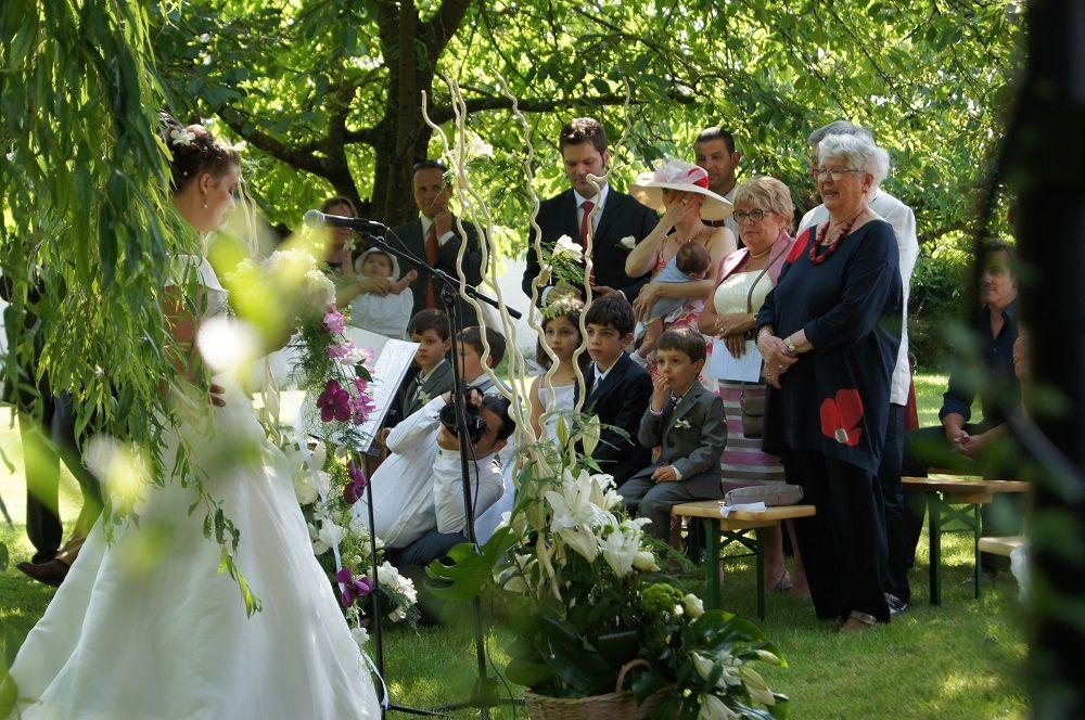cérémonie laïque dans le parc extérieur à la ferme de la jonchère