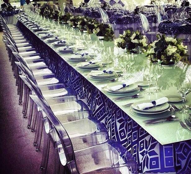 Cubiertas de Cristal Blanco alineadas con mantel interno para mesa presidencial