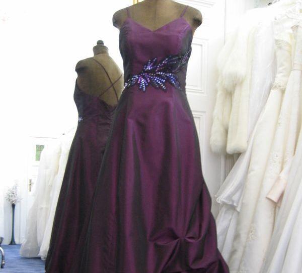 Beispiel: Abendkleid Lila, Foto: Braut- & Festkleider Lehmann.