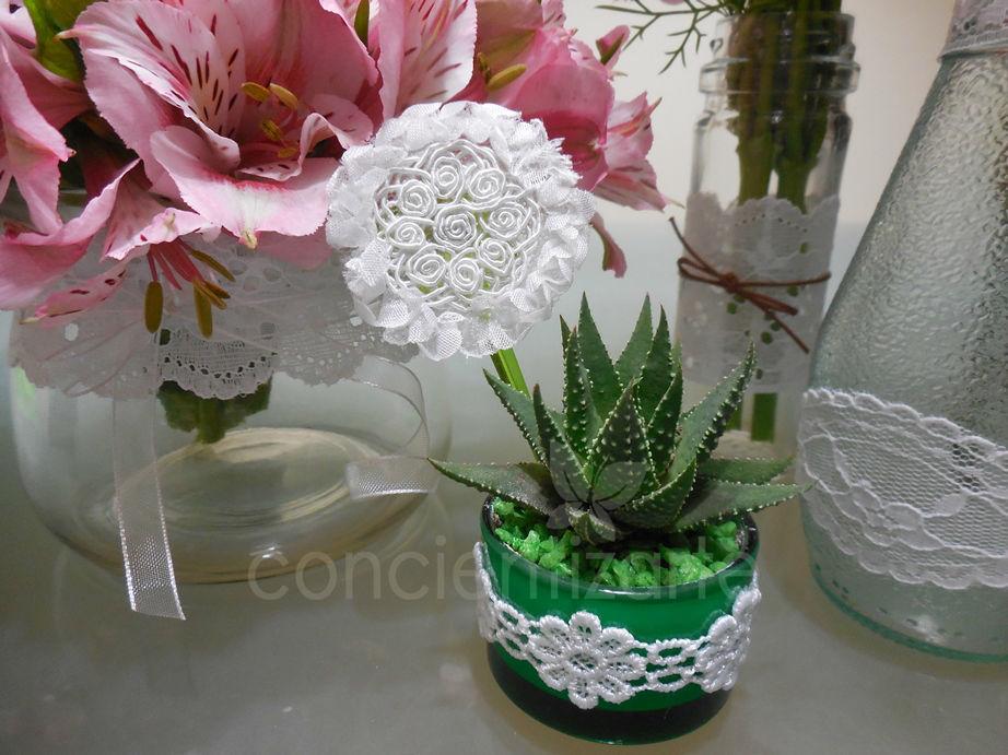 Planta Suculenta en maceta de vidrio decorada con blonda, aplique de blonda y piedras decorativas. Recuerdo de boda, shower.