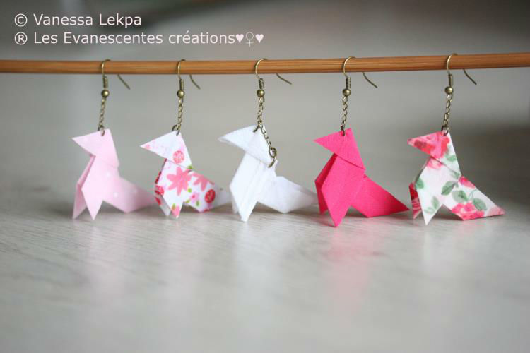 Boucles d'oreille origami en tissu , idéale pour les demoiselles d'honneur. De nombreux modèles sont disponibles et des réalisations sur mesures sont réalisables.