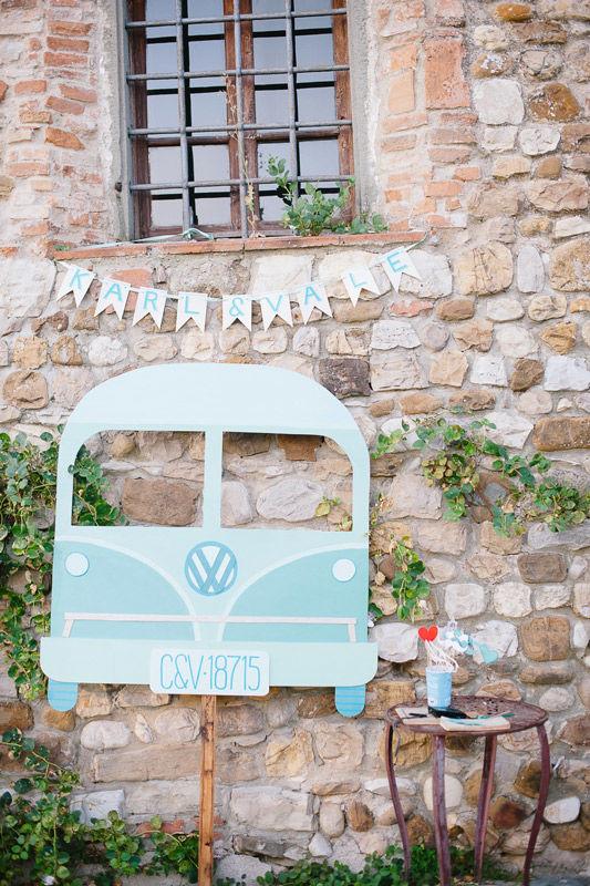 Photo-booth sagoma realizzata in legno e dipinta a smalto - foto di Infraordinario Wedding