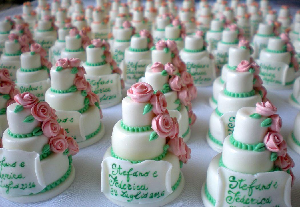 Minicake in pasta di mais realizzate a mano. Bomboniere wedding, disponibili esclusivamente su ordinazione