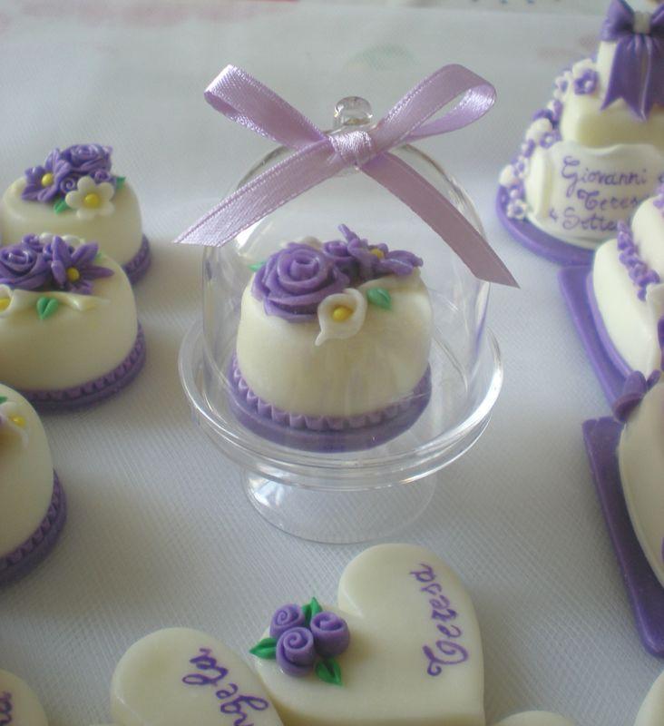Minicake monopiano realizzata e decorata a mano, in pasta di mais. Piccola alzatina in plastica. Originale bomboniera wedding. Disponibili solo su prenotazione.