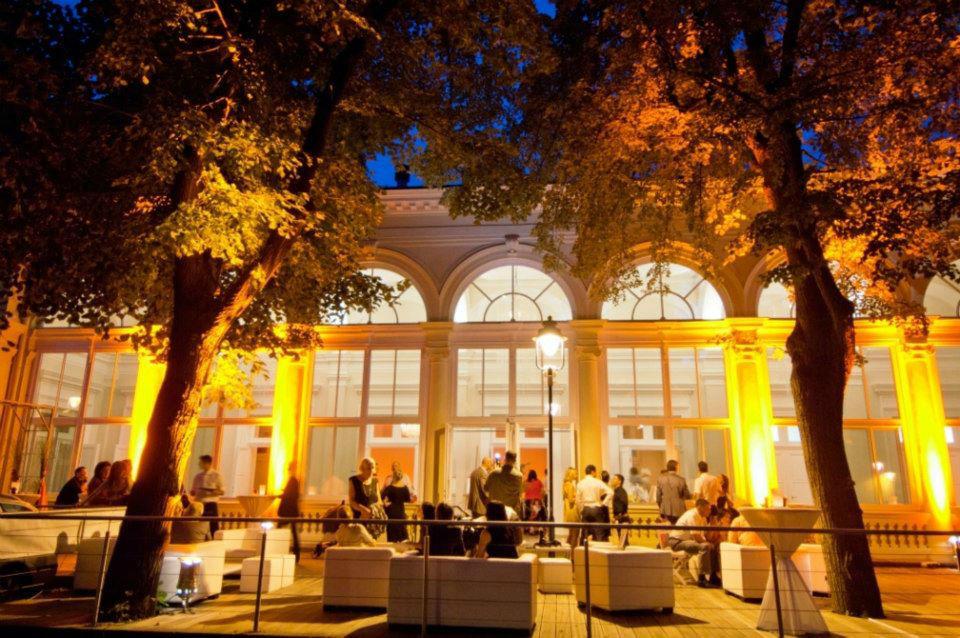 Beispiel: Abendstimmung auf der Terrasse, Foto: Kursalon Mödling.
