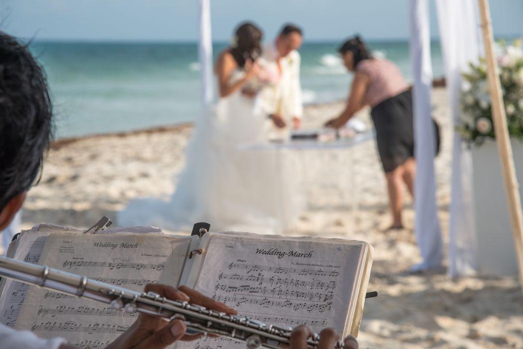 Música en vivo #mobiliarioparaeventos, #bodasenlaplaya #beachweddings #centrosdemesa #centerpieces #bodasencancun #partyboutiquecancun #udwfinefurniturerental #prettyflowerscancun