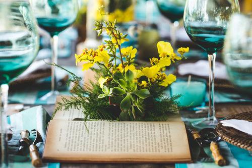 Detalhe do livro-vaso com orquídeas.