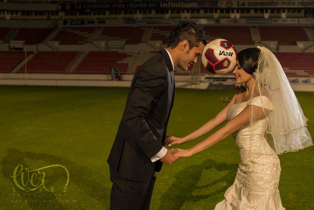 Fotos sesion formal futbol en estadio, novio jugador futbol primera division Mexico, Futbol Mexicano  Fotografia de boda por fotografo profesional de bodas Ever Lopez