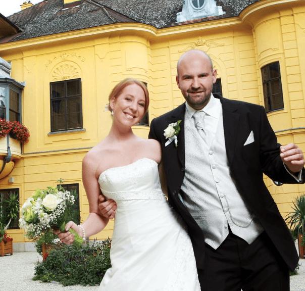 Beispiel: Brautpaar vor dem Jagdschloss, Foto: Jagdschloss Eckartsau.