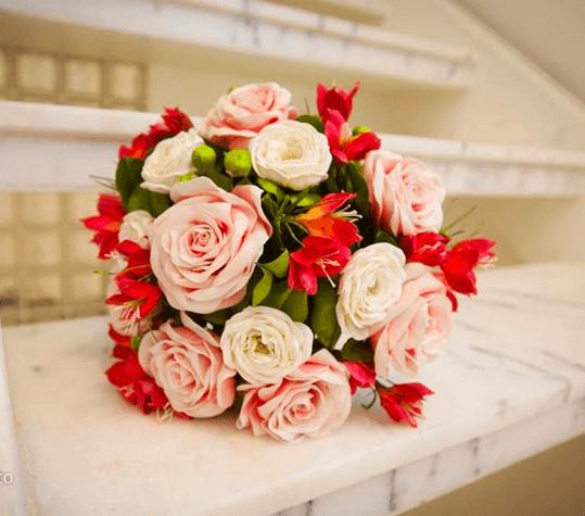 Buquê fake -  flores do campo vermelho carmim e rosas abertas.