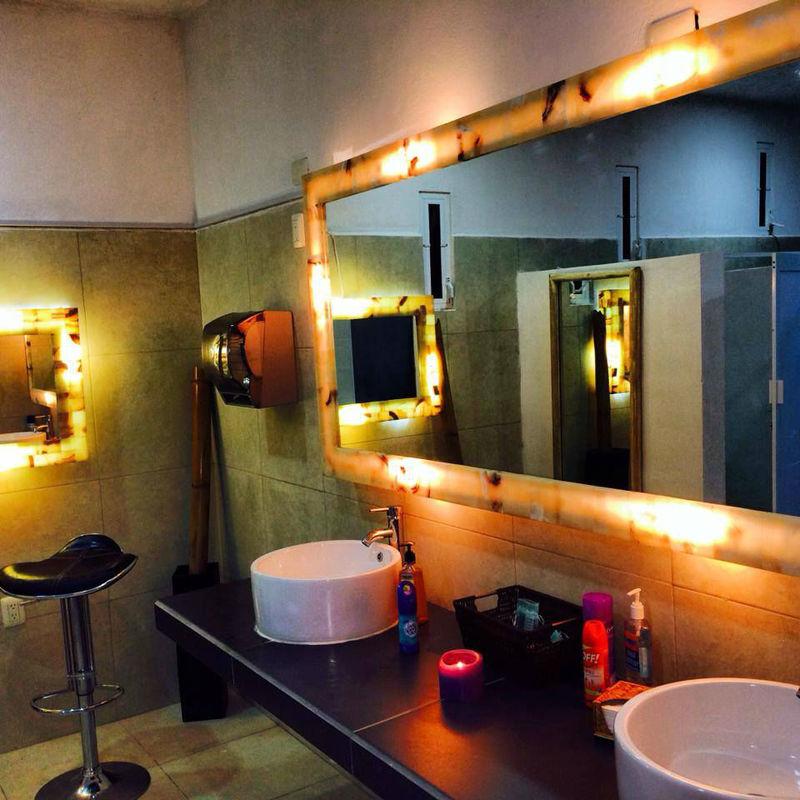 Sanitarios de Damas de Lujo, exclusivos y con un espejo especial de Onix  iluminado  para retoques  de maquillje y peinado