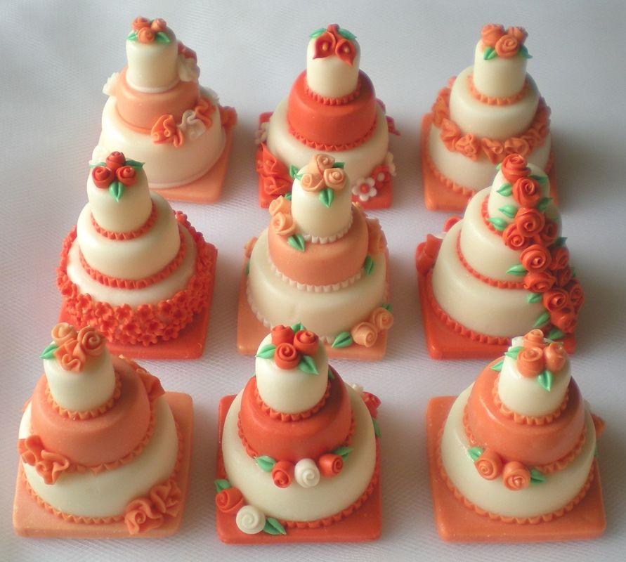 Minicake realizzate e decorate a mano, in pasta di mais (non commestibili). Disponibili esclusivamente su prenotazione