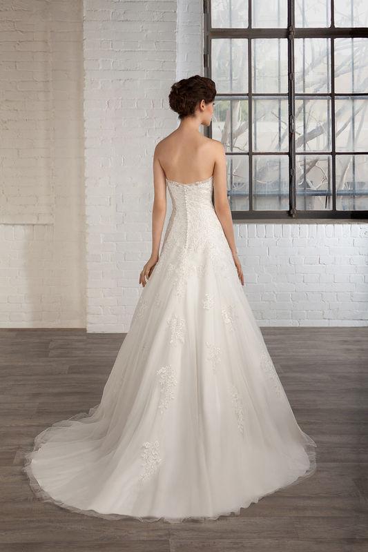 Robe de mariée Cosmobella dans votre boutique Déclaration Mariage à Sceaux