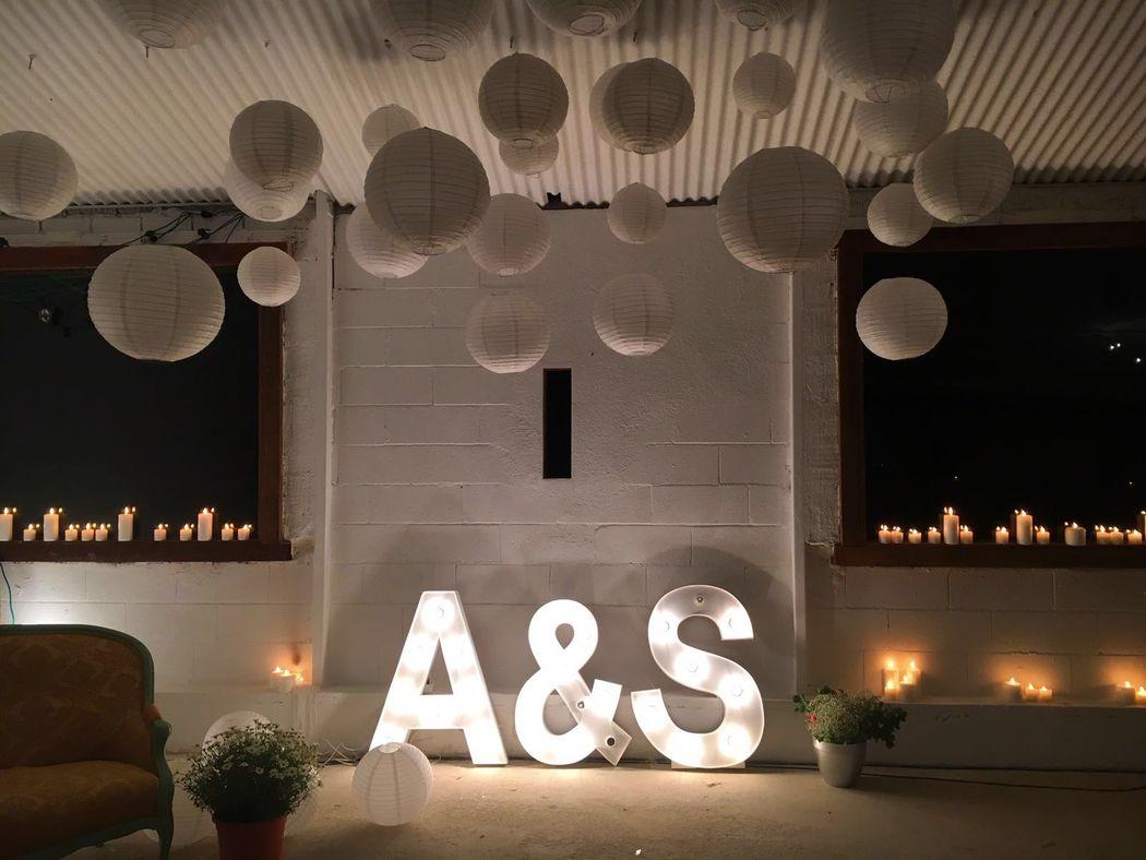 Altar con letras iluminadas