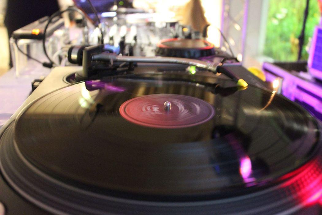 DJ com Vinil | DJ with Vinyl