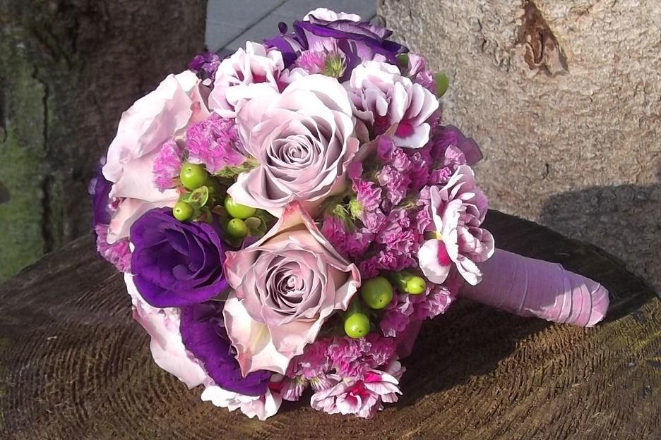 Beispiel: Brautstrauß in der Trendfarbe Pink-lila, Foto: Die Blumenoase.