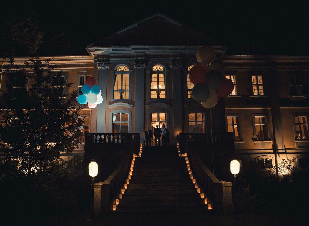 Beispiel: Außenansicht beleuchtet, Foto: Schloss Stülpe.