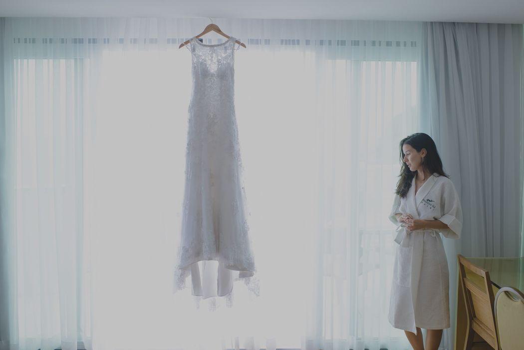 noiva olhando para o seu vestido