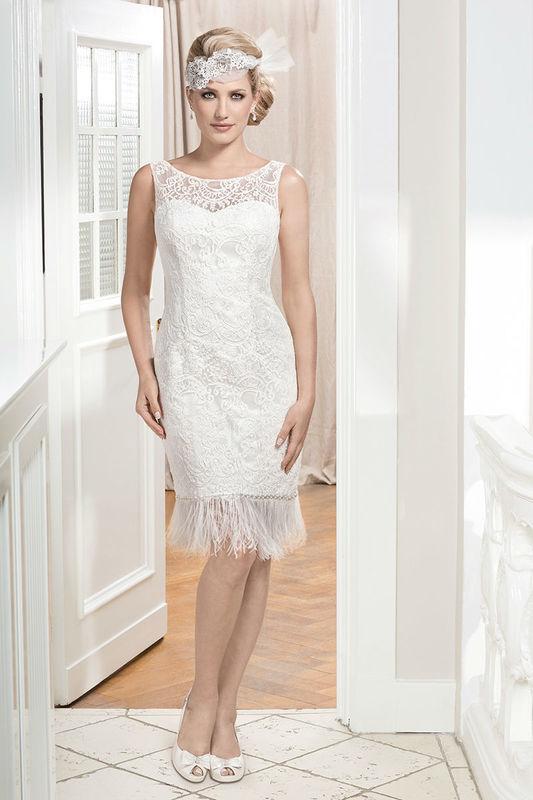 Beispiel: Brautkleid mit Spitzen-Halsausschnitt, Foto: Kleemeier.