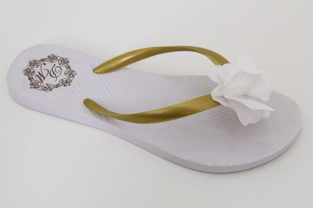 Chinelo Branco Tira Dourada com Flor