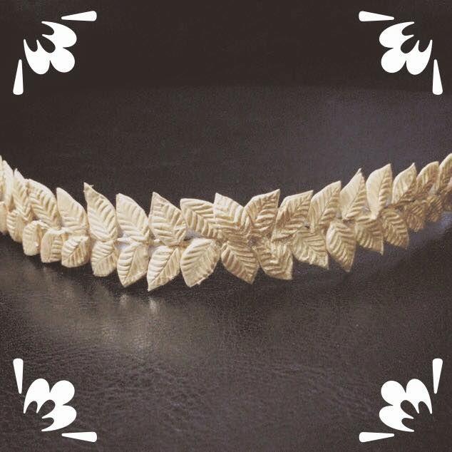 Media corona de hojas doradas de porcelana, que se puede usar como de lado, como corona en la parte de atrás o como cintillo.