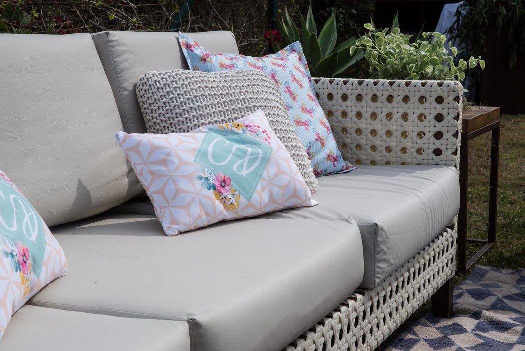 Detalhe das almofadas com as estampas exclusivas que criamos e que agora decoram a casa dos noivos