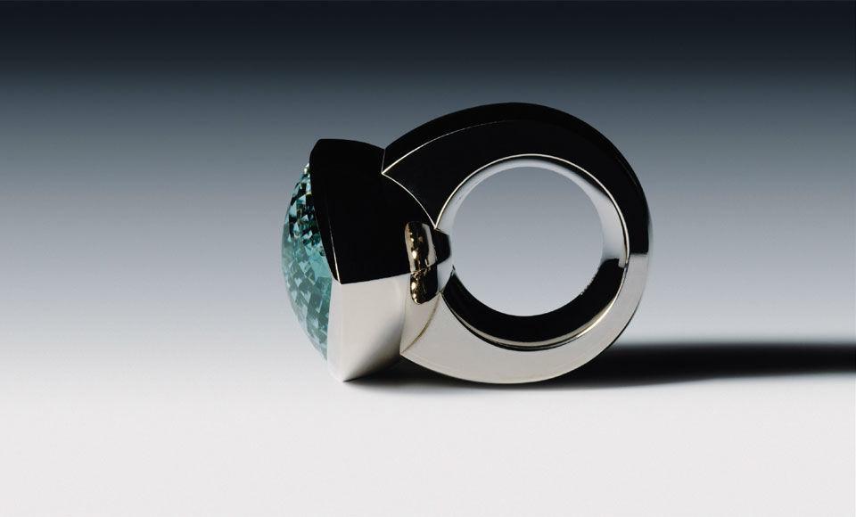Beispiel: Ring-Unikatschmuck mit Edelstein, Foto: Goldschmiede Schubart.