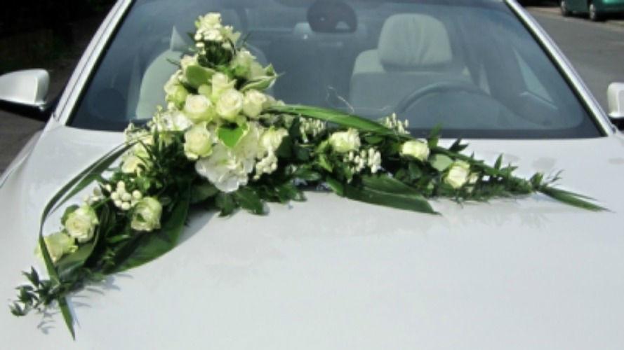 Beispiel: Blumendekoration für das Brautauto, Foto: Blumen Wunder.