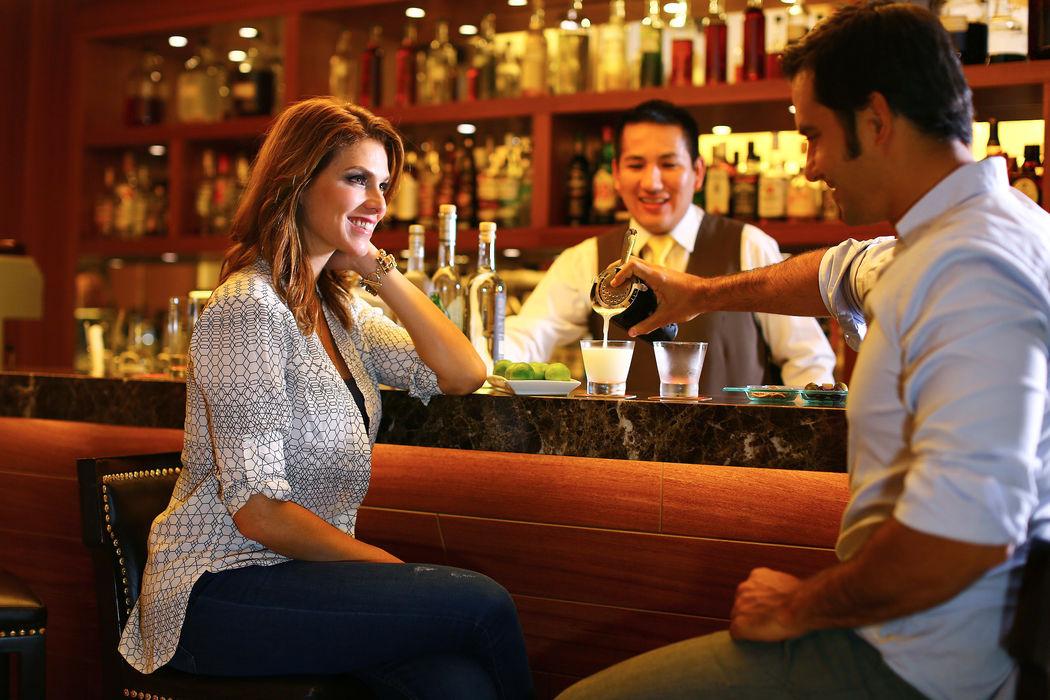Disfrutando de un Pisco Sour en Suquy Cafe & Bar