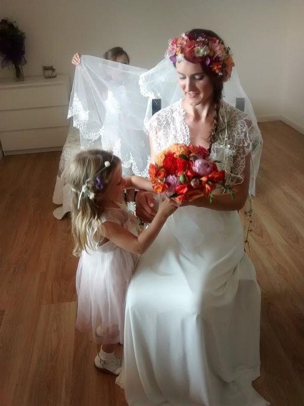 Un boda al estilo ruso !! Maquillaje en tonos grises, trenza a un lado y una alegre corona artesana de flores adorna su cabello!!