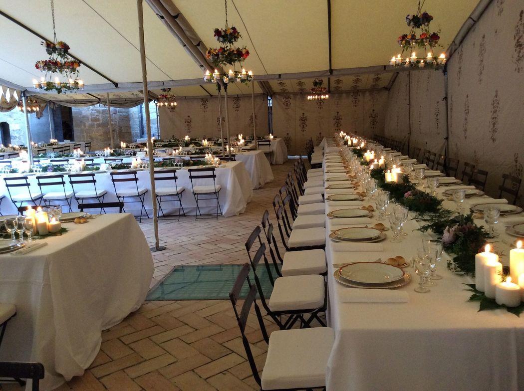 Cena nella corte sotto un gazebo
