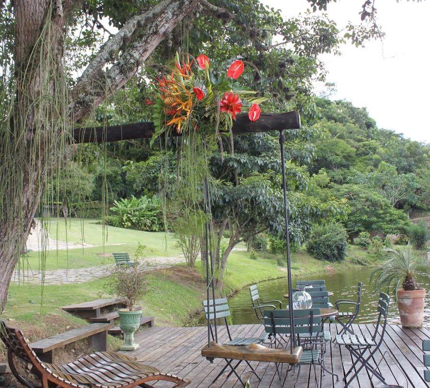 Arranjo tropical feito no balanço com vista para o lago