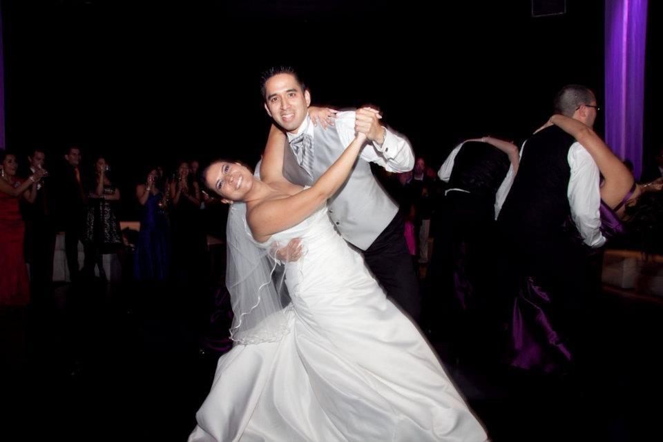 Nuestros queridos alumnos Magaly & Luis, en su pose final de su Primer Baile, siempre con buena disposición para aprender los pasos de Baile y hoy ya flamantes esposos.