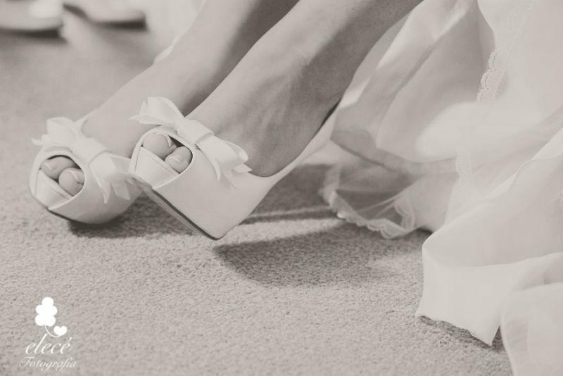 Detalle de los zapatos de la novia