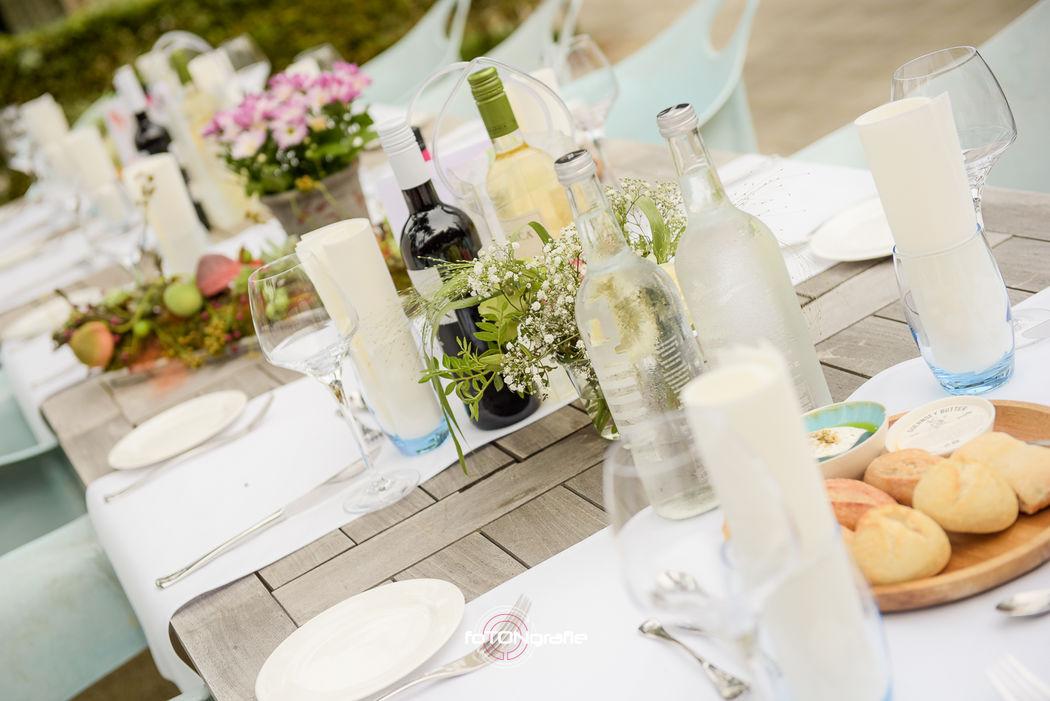 De tafels zijn gedekt voor een heerlijk diner buiten.