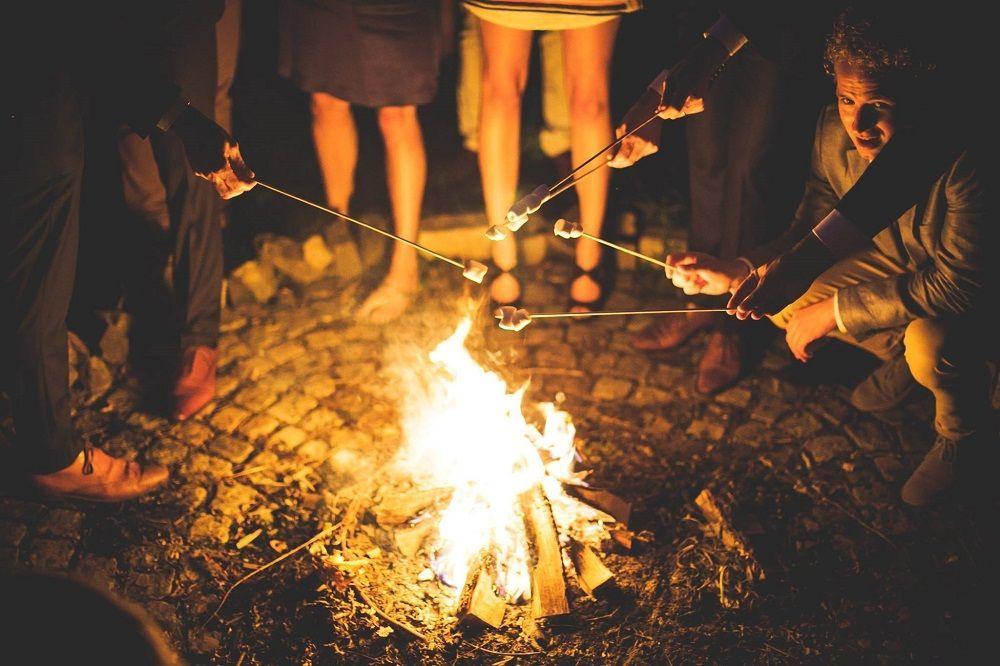Marshmallows rondom het kampvuur.