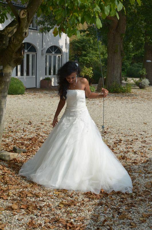 Een mooie van deze prachtige bruid. Ze kijkt hier niet in de camera, maar dat hoeft ook helemaal niet, de foto geeft een mooi gevoel weer.