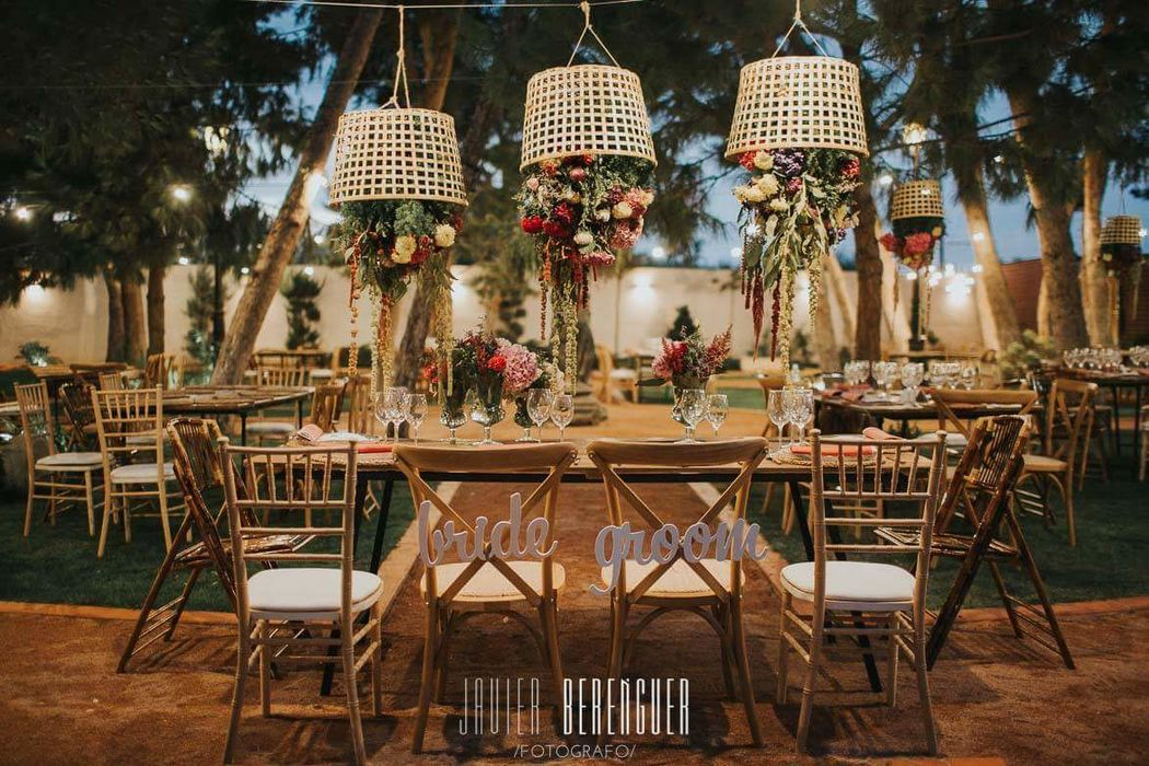 Mobiliario para bodas; mesas de madera y sillas