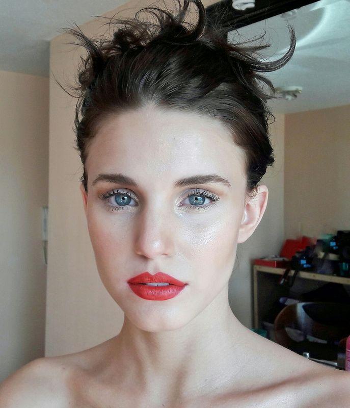 Maquillaje natural con labios rojos