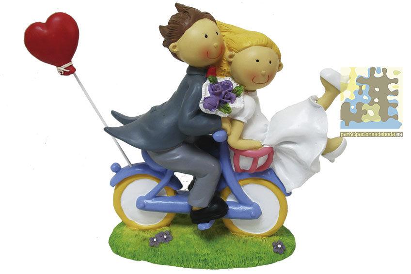 Novios cachondos en bici para la tarta