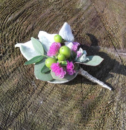 Beispiel: Eine Blütencorsage für den Bräutigam, Foto: Die Blumenoase.