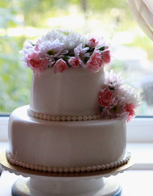Свадебный торт со свежими цветами