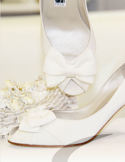 Beispiel: Brautschuhe mit Accessoires, Foto: Schuh Hiegl.