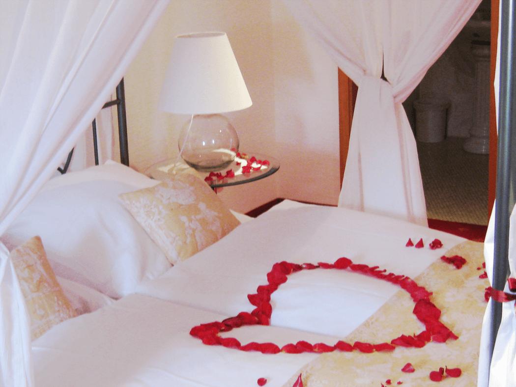 Beispiel: Hotelzimmer - Herz aus Rosenblättern, Foto: Landgasthof Weisser Löwe.