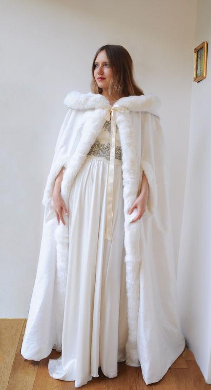 Cape de mariée en soie doublée de laine polaire, décoration fourrure Agnès Szabelewski