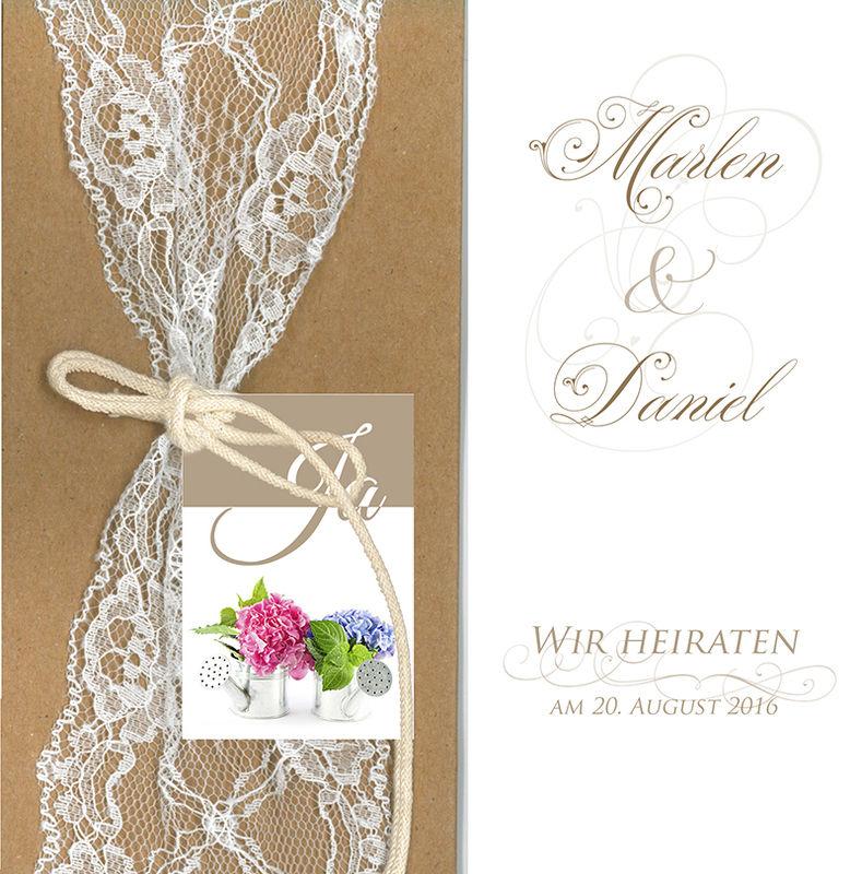 Belarto-Hochzeitseinladungskarte im Vintagestil mit echter Spitze und individuell für das Brautpaar mit Hortensien passend zum späteren Brautstrauß bedruckt