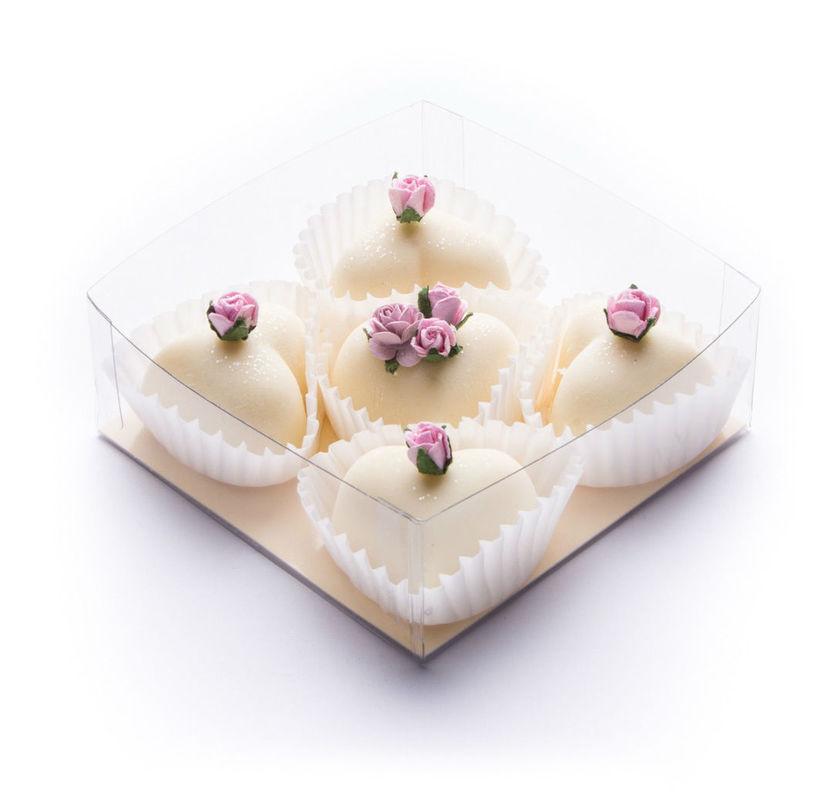 Bathmelts en forma de corazón, hechas de manteca de karité y perfumadas con aceites esenciales. Adornadas con flores naturales y presentadas en cajitas (diferentes modelos y colores) con lazo de organza. Aroma a elegir.  Un detalle que proporcionará a tus invitados un auténtico baño de placer. Posibilidad de etiquetado personalizable.